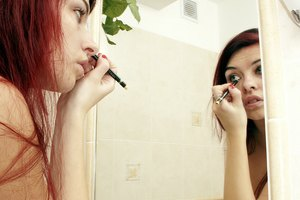 How to Use Mascara & Eyeliner to Disguise Puffy Eyes