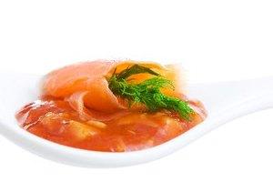 ¿Cuántos gramos de proteínas hay en el salmón?