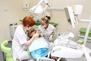 Dolor de muelas en el diente con una corona