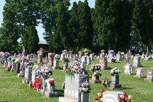 How to Make Flower Arrangements for a Cemetery Grave