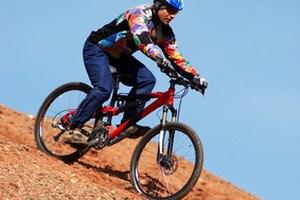 ¿Cual es la diferencia entre una rueda de 26 pulgadas y una de 28 pulgadas en una bicicleta?