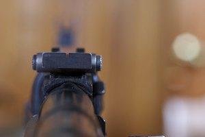 Cómo ajustar una mira abierta en un rifle