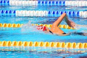 Cómo proteger el cabello del cloro en una piscina de natación