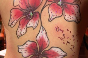 Cómo evitar que se le forme una costra a un tatuaje nuevo