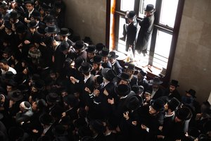 What Is a Minyan in a Jewish Funeral Ceremony?