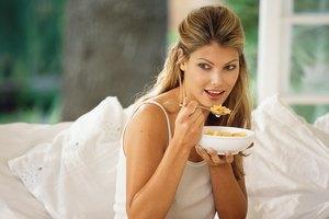 ¿Por qué tenemos más hambre por la mañana cuando cenamos tarde?