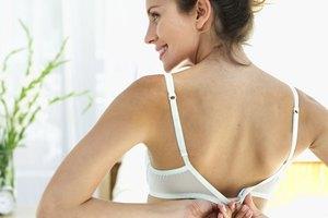 ¿Qué ocurre si tu sujetador es demasiado apretado y crea una línea que baja por el hombro?