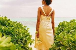 Cómo subir el cierre trasero de un vestido