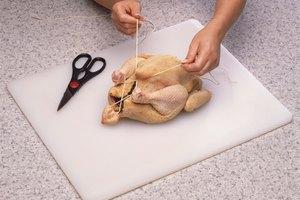 Cómo cocinar un pollo congelado dentro del horno