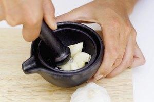 ¿Qué beneficios tiene comer ajo entero?