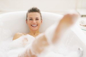 How to Make Moisturizing Bath Water