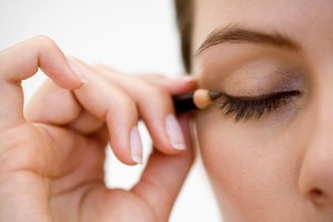 How to Outline the Top of Your Eye