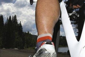 ¿Hacia qué lado se atornillan y desatornillan los pedales de una bicicleta?