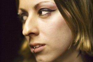 ¿Qué se puede hacer para corregir un agujero de piercing en el labio?