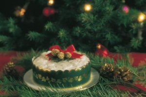 Round Christmas cakes lend themselves to festive decorating and seasonal displays.