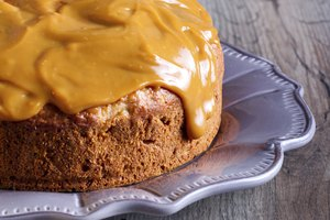 How to Make a Caramel Color With White Frosting