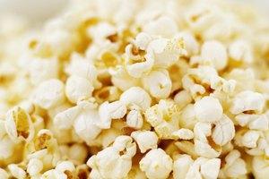 Cómo hacer que los saborizantes se adhieran a las palomitas de maíz infladas con aire