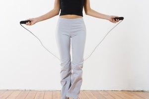 Cómo brincar la cuerda para perder la grasa alrededor de la cadera