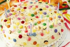 Candies add color and decoration to the cake without requiring special skills or much time.