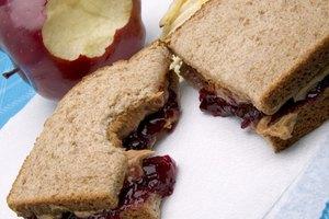 ¿Cuántas calorías tiene un sándwich de mantequilla de cacahuete (peanut butter) y mermelada?