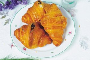 Real croissants use yeast, but you can make good crescent rolls with baking powder or soda.
