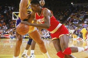 ¿Qué significa jugar en el poste bajo en el baloncesto?