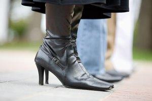 Cómo estirar tus botas de cuero con agua y alcohol