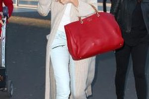Rosie Huntington-Whiteley flatters her tall thin frame with monochromatic layers.