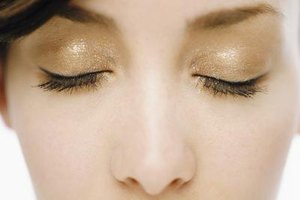 Light, fresh makeup fares well in hot, humid weather and helps skin to breathe.