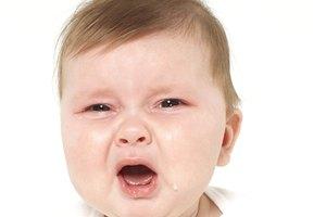 Mi bebé llora al comer y su estómago hace ruidos