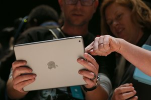 What Are the Differences Between a Laptop & an iPad?