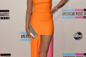 Jennifer Hudson attends the 2013 American Music Awards in an orange dress and strappy metallic heels.
