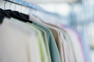 Cómo eliminar los abultamientos en un suéter causados por la percha