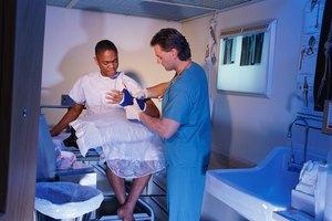 Cómo reducir la inflamación después de sufrir una fractura de la muñeca
