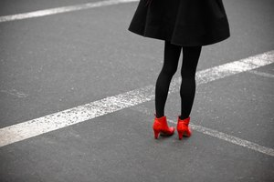What Color Hosiery Do I Wear With a Little Black Dress?