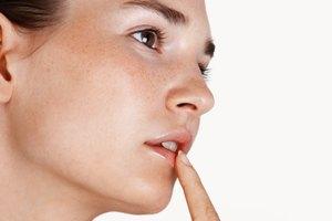 Cómo desvanecer el maquillaje permanente de ojos