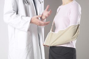 Cómo combatir el dolor en un brazo después de una fractura