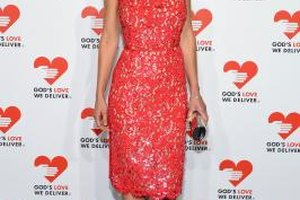 Take a cue from Hillary Swank and keep your makeup low-key so your red dress does all the talking.