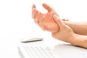 Home Remedies to Reduce Swelling in the Hands & Wrist
