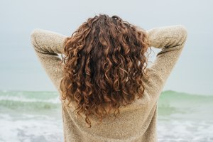 How to Make Curly Hair Look Longer