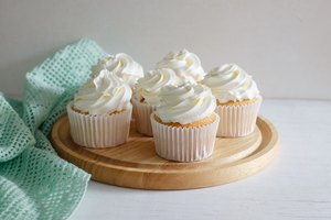 How to Make Cake Decorating Icing from Canned Frosting