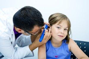Cómo extraer el cerumen impactado del oído