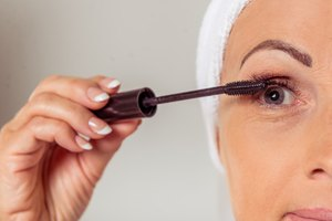 How to Apply Eye Makeup on Older Women