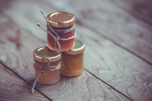 How to Seal a Jelly Jar With Paraffin
