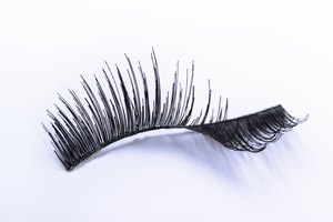How to Restore Bent False Eyelashes