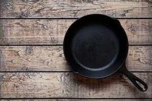 How to Remove Scratches From a Cast Iron Skillet