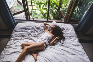 What Causes a Sour Body Odor When Sleeping?