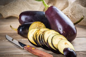 How to Remove Seeds From an Eggplant