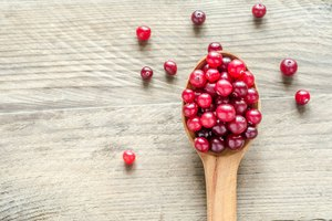How to Use Cranberry Pills & Juice to Detox