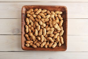 How to Make Salted Peanuts From Raw Peanuts